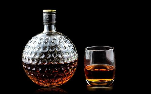 スコッチウイスキープレミアムと古いデカンターのグラス