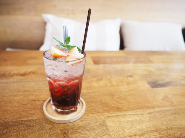 나무 테이블에 소다와 딸기 주스 한 잔