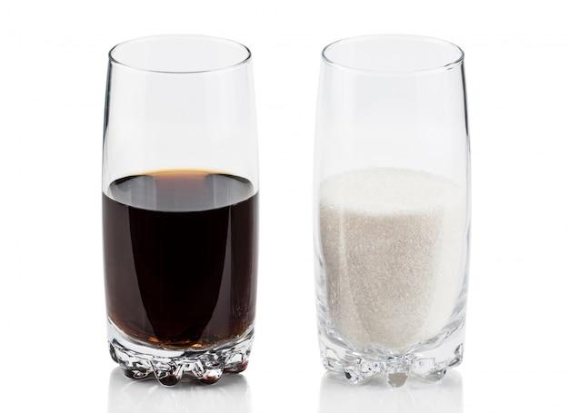 白で隔離される甘い過剰なカロリーコンテンツ、ダイエット、ブドウ糖中毒のコンセプトでコーラリフレッシュドリンクと比較して砂糖のガラス