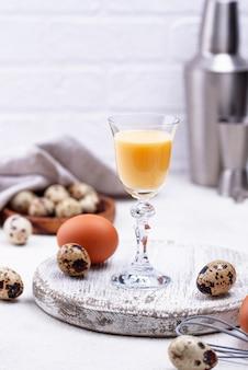 甘い卵酒のグラス