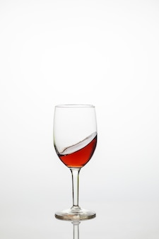 흰색 바탕에 달콤한 레드 와인의 유리입니다. 음료 개념.