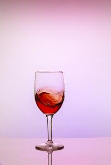 白い背景の上の甘い赤ワインのガラス。飲料のコンセプト。