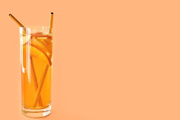 オレンジ色のおいしい冷たいアイス ティーのグラス