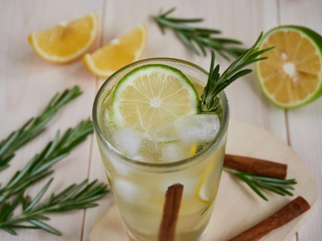 Стакан вкусного холодного лимонада на деревянных фоне