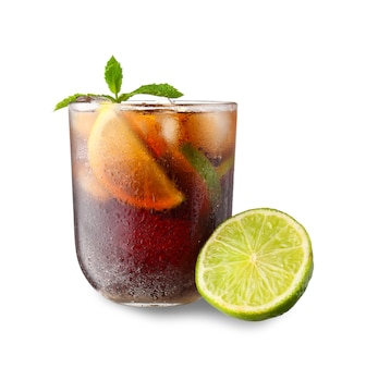 Стакан вкусного коктейля cuba libre на белом