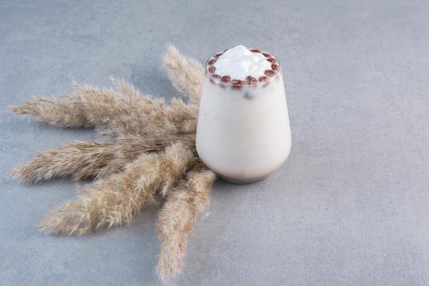 石のテーブルにミルクとおいしいアイスコーヒーのグラス。