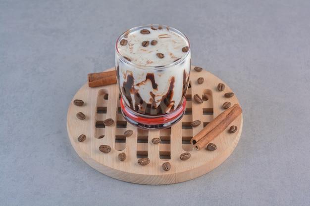 나무 도구에 우유와 함께 맛있는 아이스 커피 한 잔.