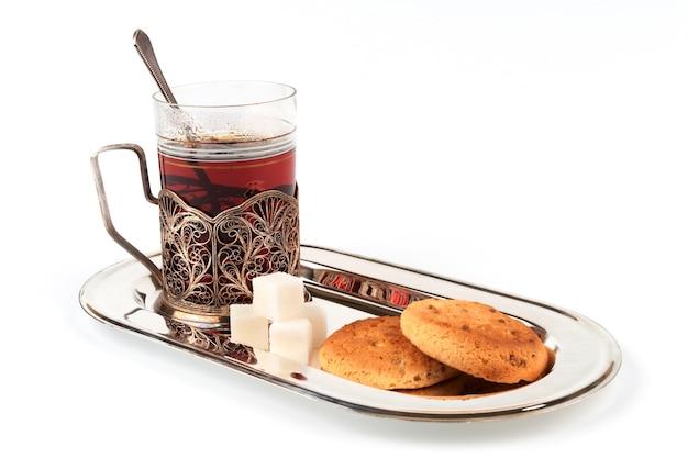 ガラスホルダーにお茶を入れ、前景にクッキーを入れます