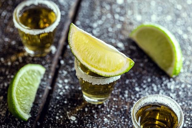 蒸留アルコール、レモン、塩、ブルーアガベで作られたテキーラのグラス。
