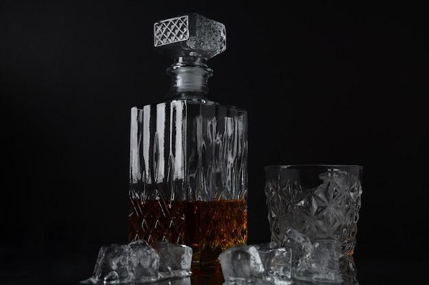 角氷と四角いデカンターが付いているウイスキーのガラス