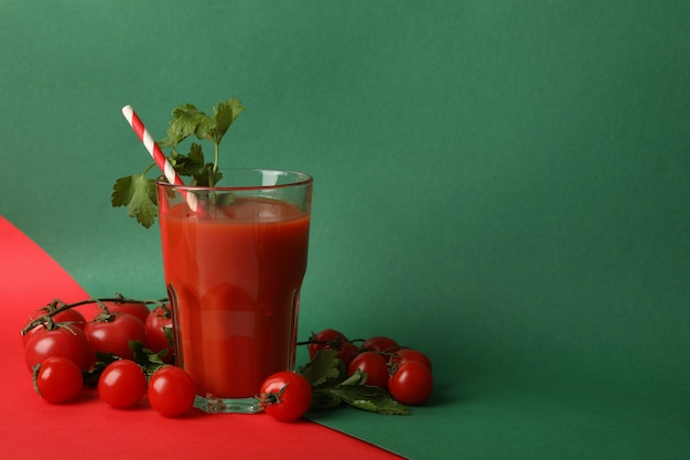 トマトジュースとトマトのツートンカラーのグラス