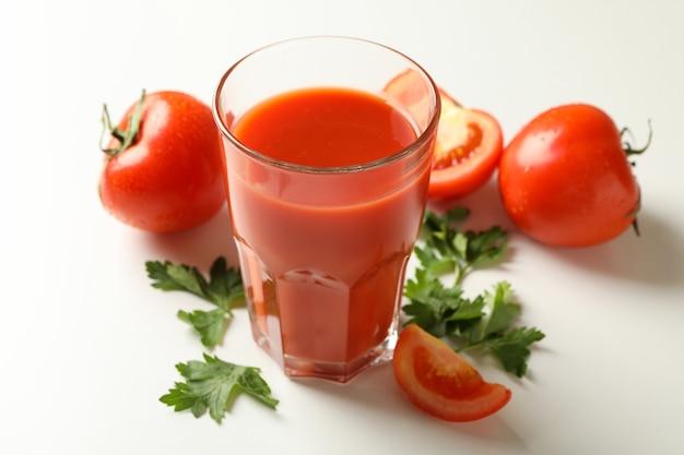 白地にトマトジュース、トマト、パセリのグラス