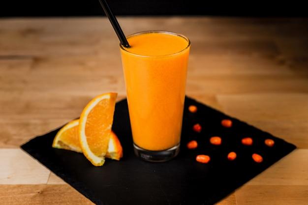 オレンジと暖かい海クロウメモドキ飲み物のガラス