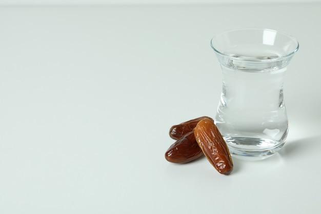 水と白の日付のガラス