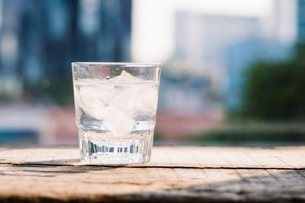 테이블에 물과 얼음 한 잔 - 차가운 필터
