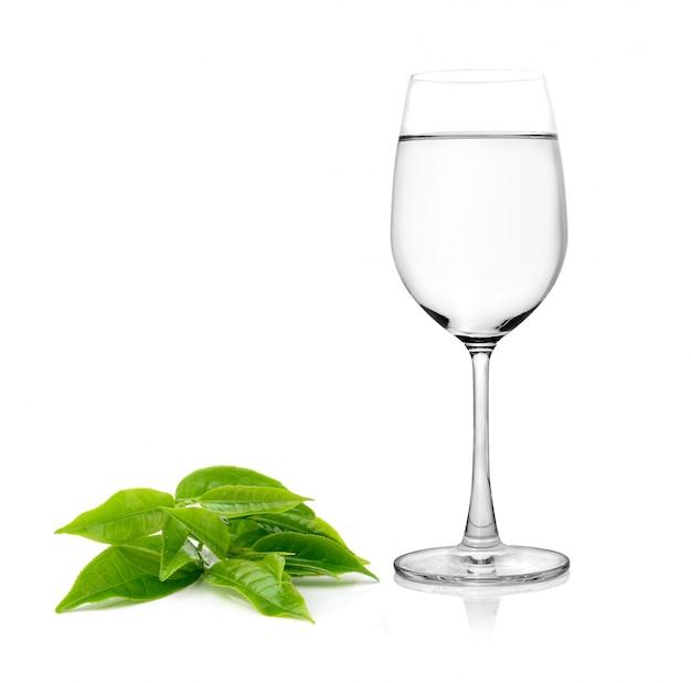 ガラスの水とお茶の葉ホワイトスペースにilsolated