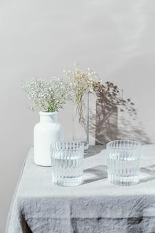 물과 꽃과 꽃병의 유리