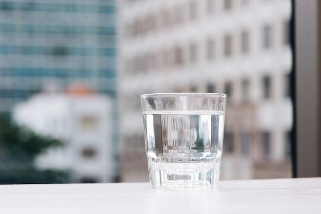 レストランのテーブルの上の水のガラス