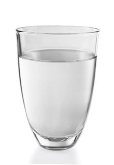 회색 배경에 물 한 잔을 닫습니다.