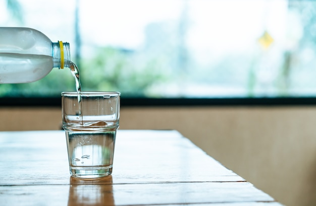 Стакан воды на деревянный стол