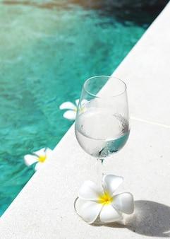 수영장 옆에 있는 물 다과 음료 한 잔