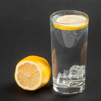 Стакан воды со здоровой долькой лимона