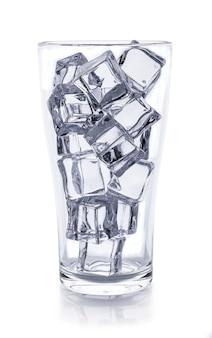 白い表面に角氷が分離された水のガラス