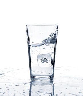 Стакан воды со льдом. изолированные на белом фоне