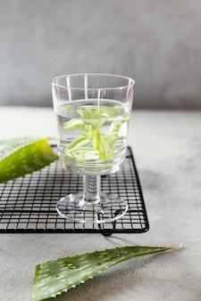 テーブルの上にレモンスライスと水のガラス