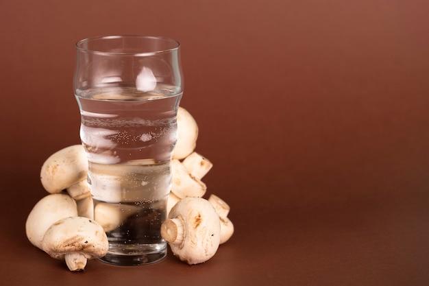 Стакан воды с грибами и копией пространства