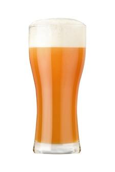 Стакан пшеничного пива с густой пеной и пузырьками на белом фоне