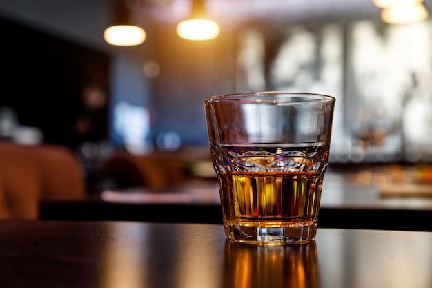バーでウイスキーのグラス。