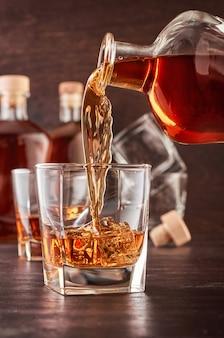 Стакан виски на деревянном столе