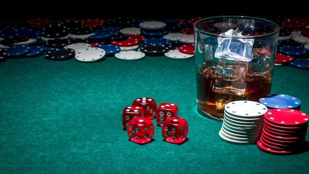 Стекло виски на столе казино