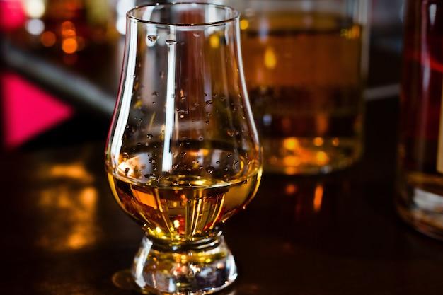 Стакан виски на баре крупным планом