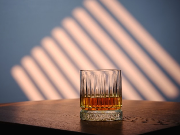 テーブルの上のウイスキーのガラス