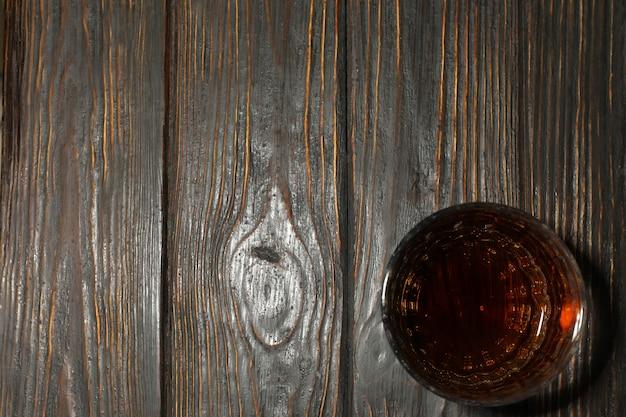 Стакан виски на деревянном