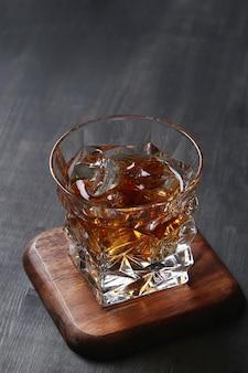 ウイスキーまたはバーボンのグラス、氷のみ