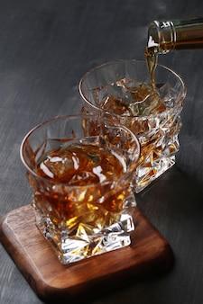 Стакан виски или бурбона, только со льдом