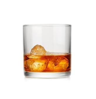 氷とウイスキーのグラス。冷酒。
