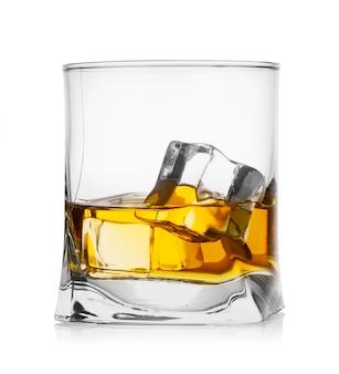 氷とウイスキーのグラス