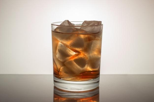 얼음으로 위스키 한 잔