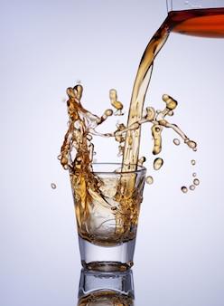スプラッシュとウイスキーのガラス