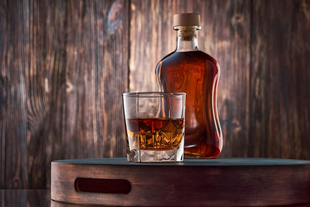 ウイスキーと木製のテーブルの上の瓶