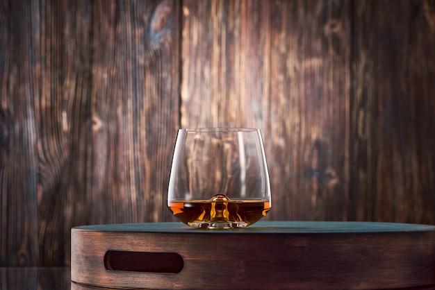 木製のテーブルにウィスキーのグラス