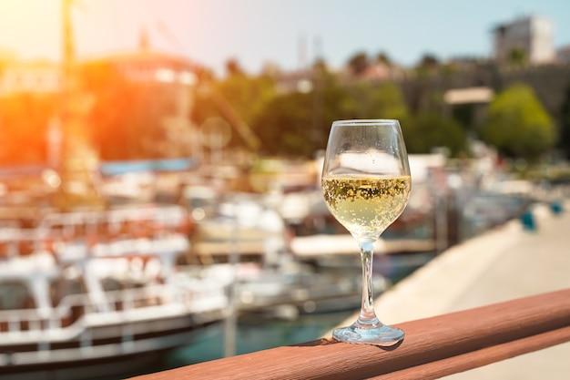 지중해를 배경으로 한 화이트 와인 한 잔과 요트가 있는 항구 투어...