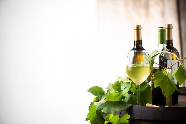 흰색 바탕에 배럴에 화이트 와인 한 잔
