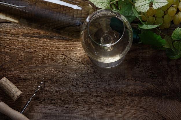 빈티지 나무 테이블에 화이트 와인 한 잔입니다. 평면도.