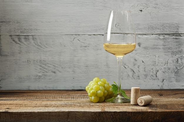 빈티지 나무 테이블에 화이트 와인 한 잔