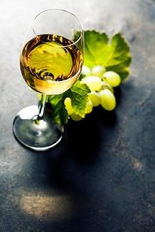 Бокал белого вина
